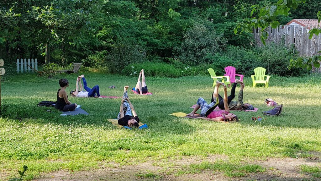 Cours de Yoga en extérieur devant la cabane de l′écureuil !